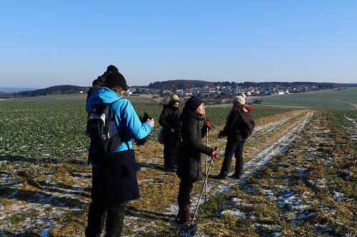 Kurze Rast  der Wandergruppe vor Merzhausen. Februar 2012