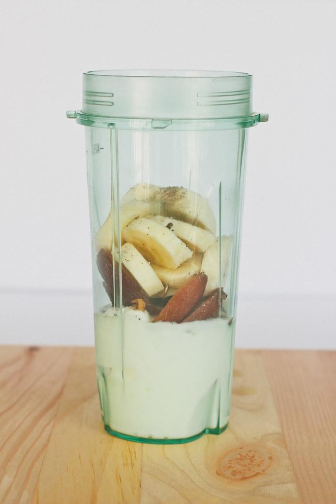 {banana & date smoothie} via chevrons & éclairs