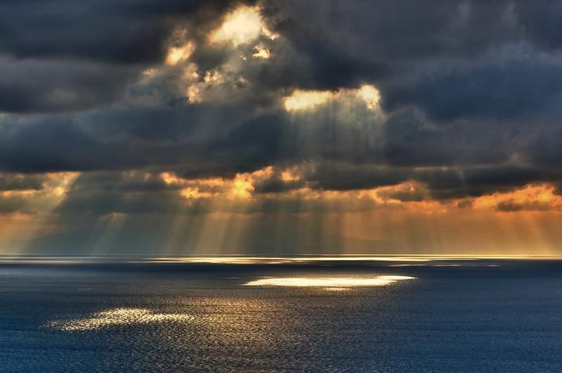 江ノ島展望灯台より伊豆半島方面を眺める雲間から海へと延びる光芒