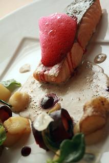 Pavé de Saumon Label rouge mi-fumé, rattes, betteraves, herbes et fleurs, crème de lentilles