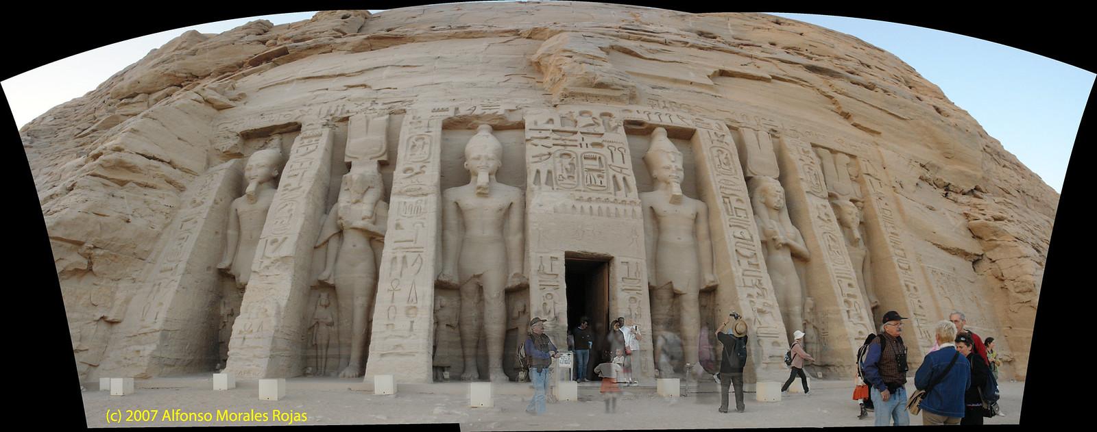 Excavado en la roca y dedicado a Hathor, diosa del amor y la belleza, así como a su esposa favorita, Nefertari. Abu Simbel, el templo de las dos vidas - 6990451111 6b19800d9d h - Abu Simbel, el templo de las dos vidas