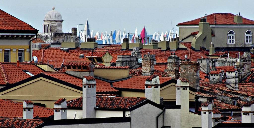 Barcolana in mezzo ai tetti.