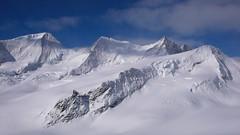 Szczyty od lewej: Wannenhorn (3906m), Schönbühlhorn (3854 M), Fiescher Gabelhorn 3876 m, Wyssnollen (3590m) ze schroniska Finsteraarhorn Hutte.