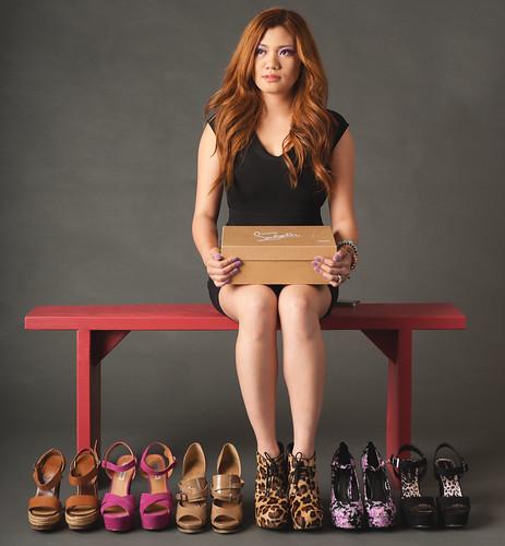 [フリー画像素材] 人物, 女性 - アジア, 女性 - 座る, 靴・シューズ, アメリカ人 ID:201203131800