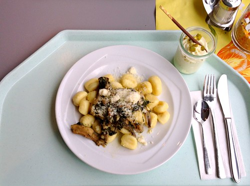 Gnocchi mit Austernpilzen, Egerlingen, Spinat und feinem Walnussöl