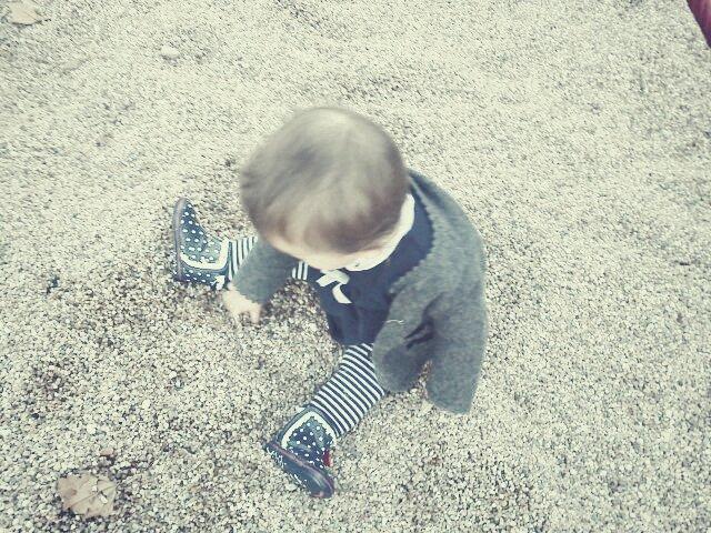 emília no parce das castanhas a brincar com pedras