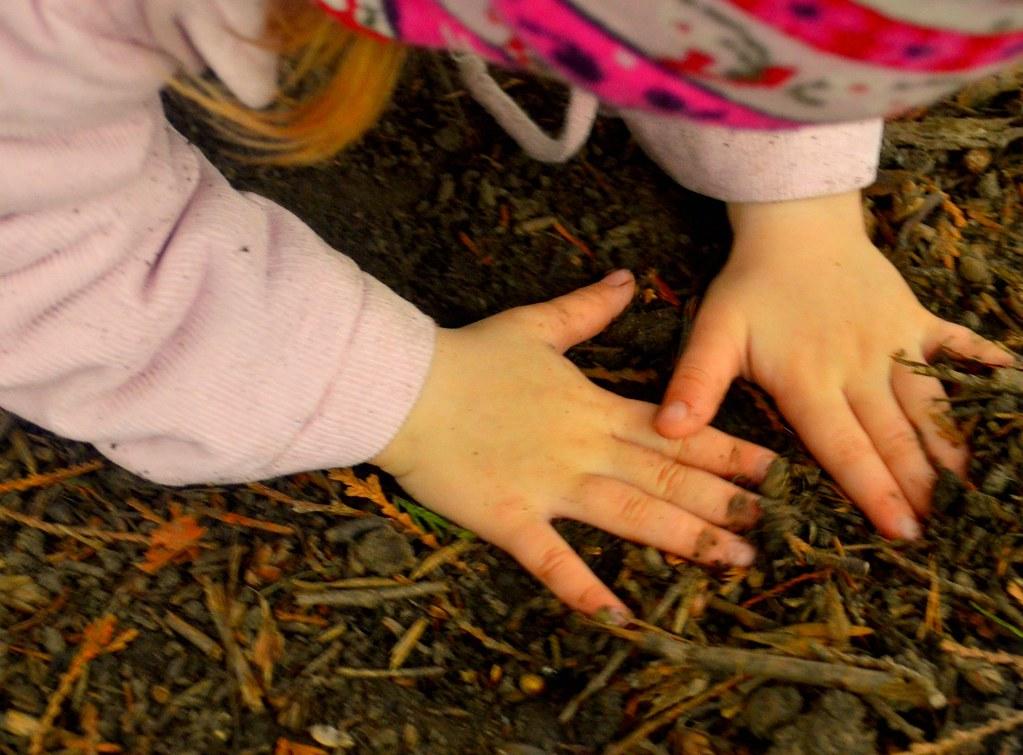 Kinder wollen auch Matsche mit allen Sinnen erfahren.