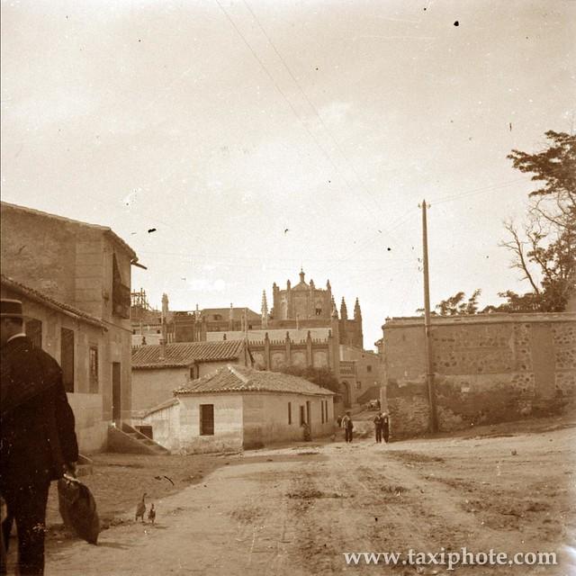San Juan de los Reyes visto desde las inmediaciones de la Sinagoga de Santa María la Blanca (calle Reyes Católicos) en los años 20. Fotografía de José Villar Martelo