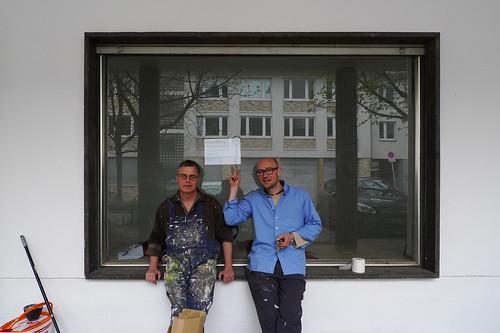 Florian Haas und Andreas Wolf vor ihrem Raum finger beim Auszug März 2012