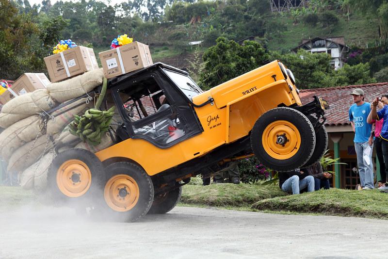 Imagen de un Jeep Willys haciendo un pique en el Yipao
