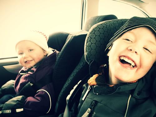 Glada barn i bilen.