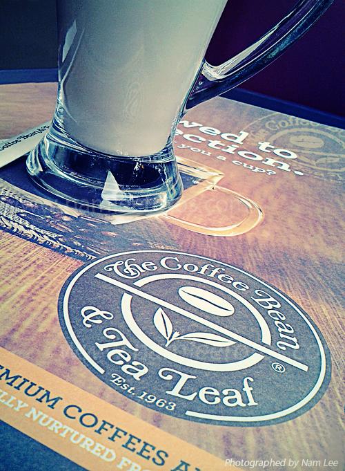 cà phê Latte nóng, chụp tại quán The Coffee Bean & Tea Leaf