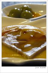 Falso carpaccio de oreja sobre crema de garbanzos con caviar de grelos y aceite de chorizo