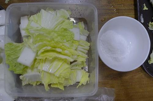 kimchi_making_03_cabbage_salt