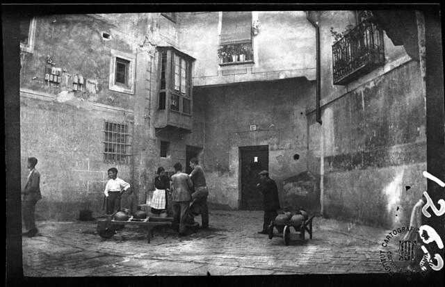 Azacanes en la fuente de la Plazuela de San Nicolás en 1933. Fotografía de Gonzalo de Reparaz Ruiz. © Institut Cartogràfic de Catalunya