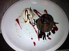 Bomba de chocolate negro caliente con helado de vainilla