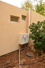 居民家中的中水回收系統,管道從自家牆壁中安裝出來,分別來自廚 房、浴室及廁所。