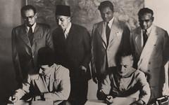 الكولونيل امين القصر العسكري - السيد لال شاه نجاري الرئيس الأول للبروتوكول في وزارة الخارجية -بجوارة السيد سعيد رعد سكرتير المفوضية  - لاهور