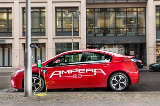 Opel Ampera an einer Laternen-Ladesäule in Berlin