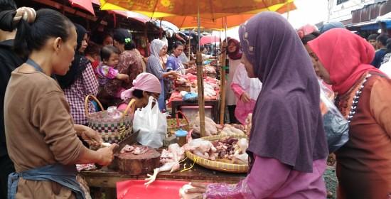 Pedagang ayam potong di pasar pasir gintung