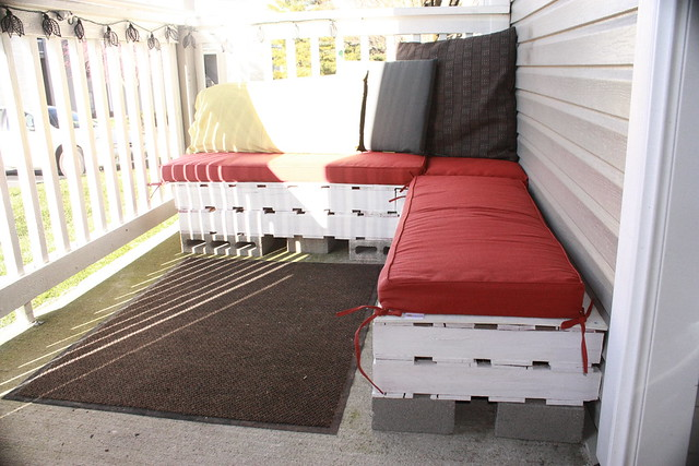 Patio Furniture Made with Pallets http://www.flickr.com/photos/fearthethreetoedsloth/6824361300/