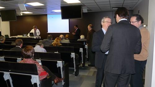 Mikel Alvarez, de MONDRAGON Health, compartiendo con varios participantes en la jornada de trabajo.