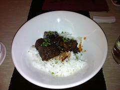 Carrillera de ternera guisada a baja temperatura con arroz y salsa teriyaki