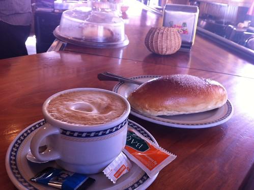 Besos y Bollo mantequilla con Cafe en Derio by LaVisitaComunicacion