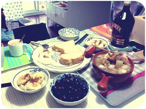 週一不上班的早午餐 ::: 丹麥吐司+蛋+雞肉魚丸豆腐蔬菜鍋+蜂蜜肉桂香蕉+葡萄 by 南南風_e l a i n e