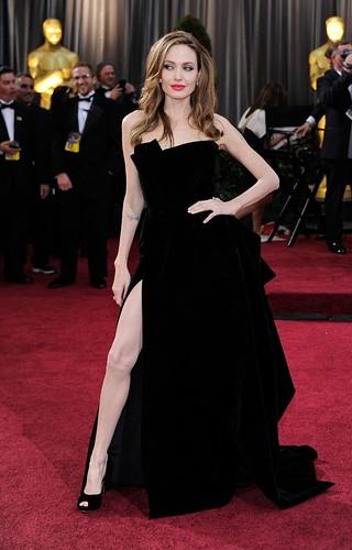 angelina-jolie-e-o-seu-vestido-de-fenda-no-oscar-em-2012
