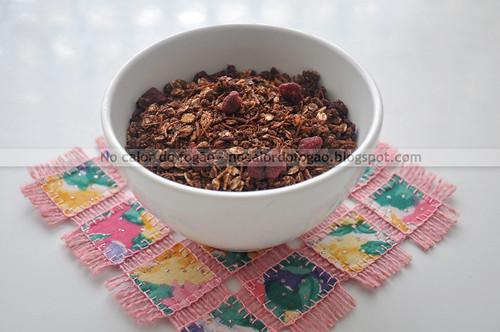 Granola de cacau, coco e framboesas secas