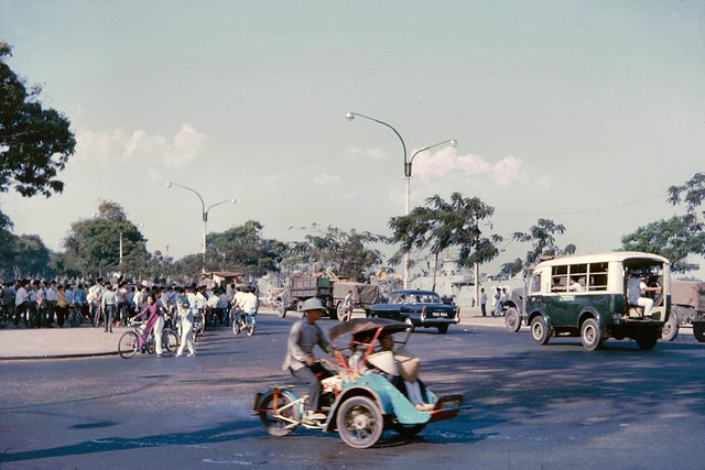 Saigon 1965 - The circle at the foot of Hai Ba Trung