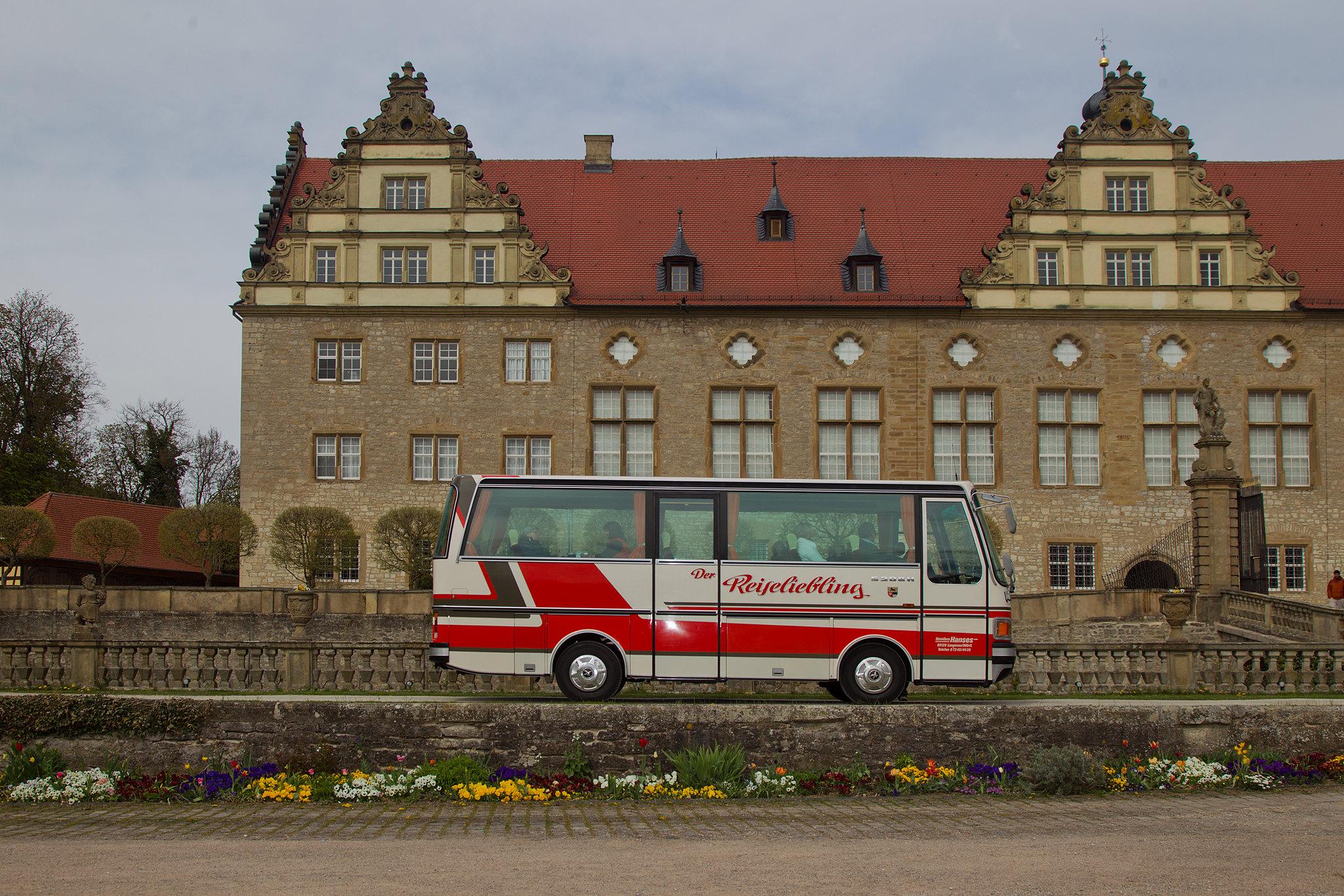 Oldtimer Bus vor dem Schloss Weikersheim
