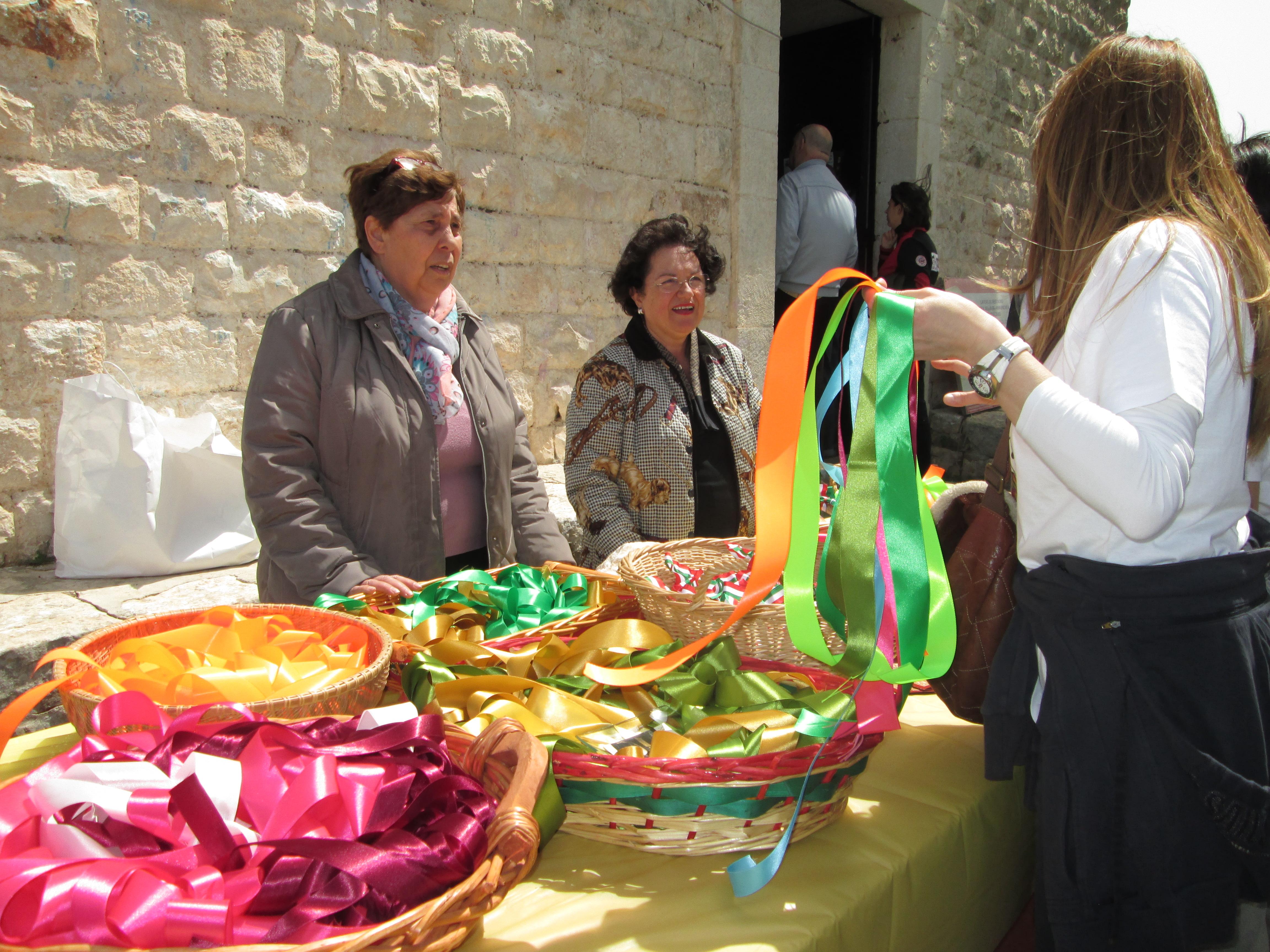 Le signore della LUTE e la vendita dei nastri colorati