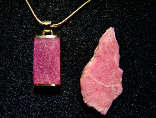 Tugtupite Inlay in 18k Gold