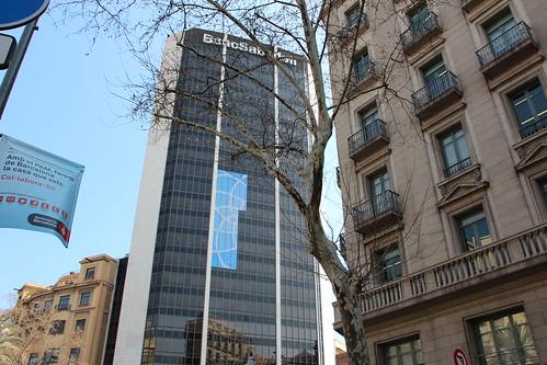Instalación del vinilo del Barcelona Open Banc Sabadell