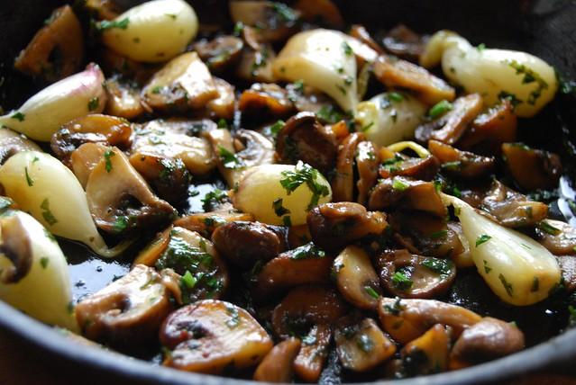 verse knoflooktenen en champignons