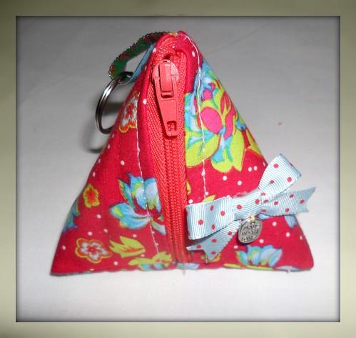 Bolsinha Triangular vermelha by Fuxiquices-da-isa