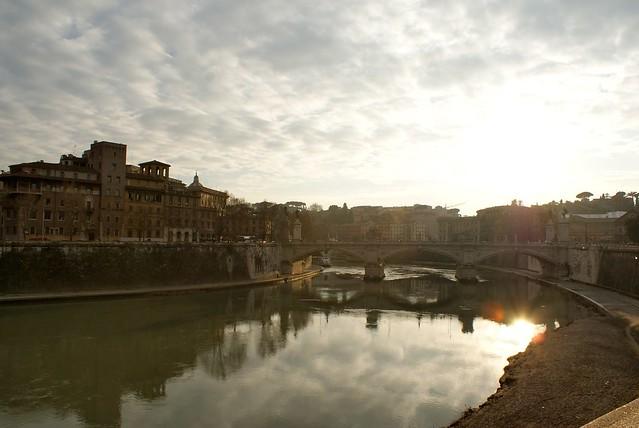 Un pont sur le Tibre, le fleuve traversant Rome.