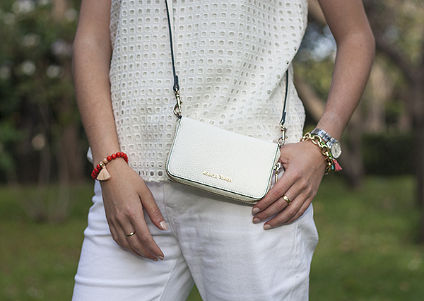 tassel bracelet, boho bracelet, mango touch bag, צמיד בוהמייני, בלוג אופנה, ג'ינס לבן, תיק לבן