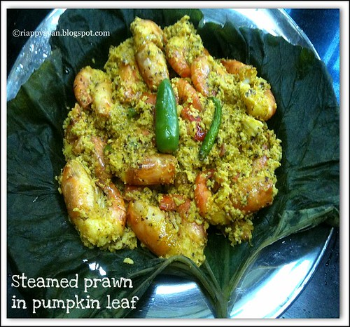 Steamed prawn in pumpkin leaf