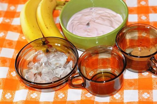Smoothie de banane cu iaurt de capsuni si scortisoara
