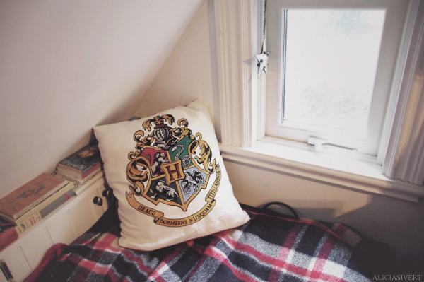 aliciasivert, alicia sivertsson, hogwarts, harry potter, little mojo, cross stitch, cross-stitch, needlework, handicraft, handcraft, craft, crafty, crest, embroidery, fantasy, pillow, cushion, window, bed, borderi, korsstygn