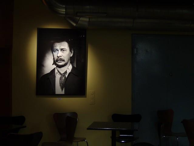 Un cuadro de una de sus películas en el Corona bar
