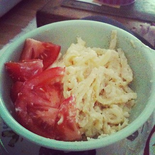 Fettuccine Alfredo. Tomatoes on side.