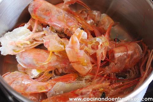 Lasaña negra de gambones y patata sobre salmorejo de piquillos www.cocinandoentreolivos (8)
