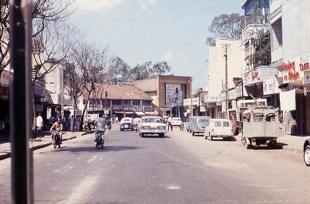 Đường Đinh Tiên Hoàng, phía trước là rạp Casino Dakao - 1967-68
