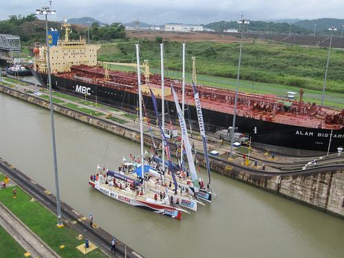 Canal de Panama: un autre bateau attend pour passer dans l'autre voie de navigation