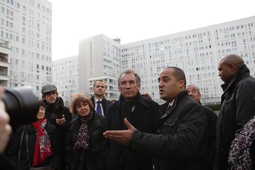 François Bayrou accompagné de Fadila Mehal, Dominique Versini et Karim Yahiaoui dans la cité de la Caravelle de Villeneuve la Garenne