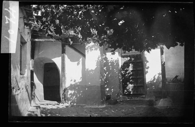 Patio toledano en 1933. Fotografía de Gonzalo de Reparaz Ruiz. © Institut Cartogràfic de Catalunya
